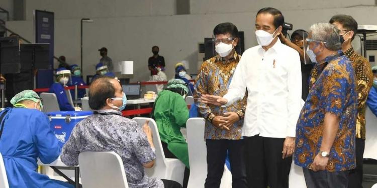 Presiden Joko Widodo meninjau langsung pelaksanaan vaksinasi kepada jurnalis. (dok.Setkab.go.id)