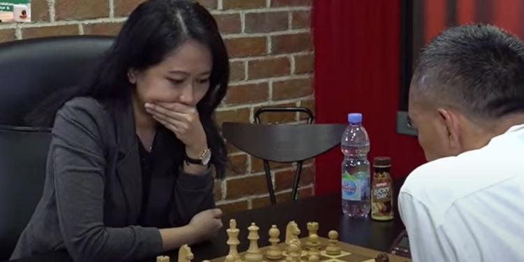 Screenshot pertandingan GM Irene Sukandar vs Dadang Subur. (Youtube/Deddy Corbuzier)