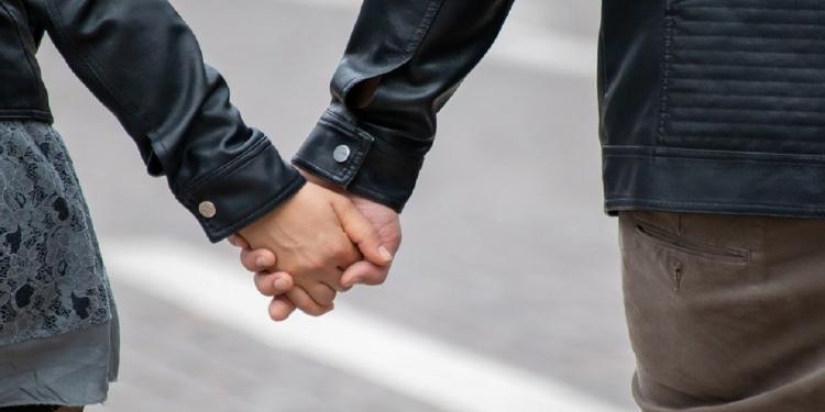 Cara Pria Introvert Mencintai Wanita
